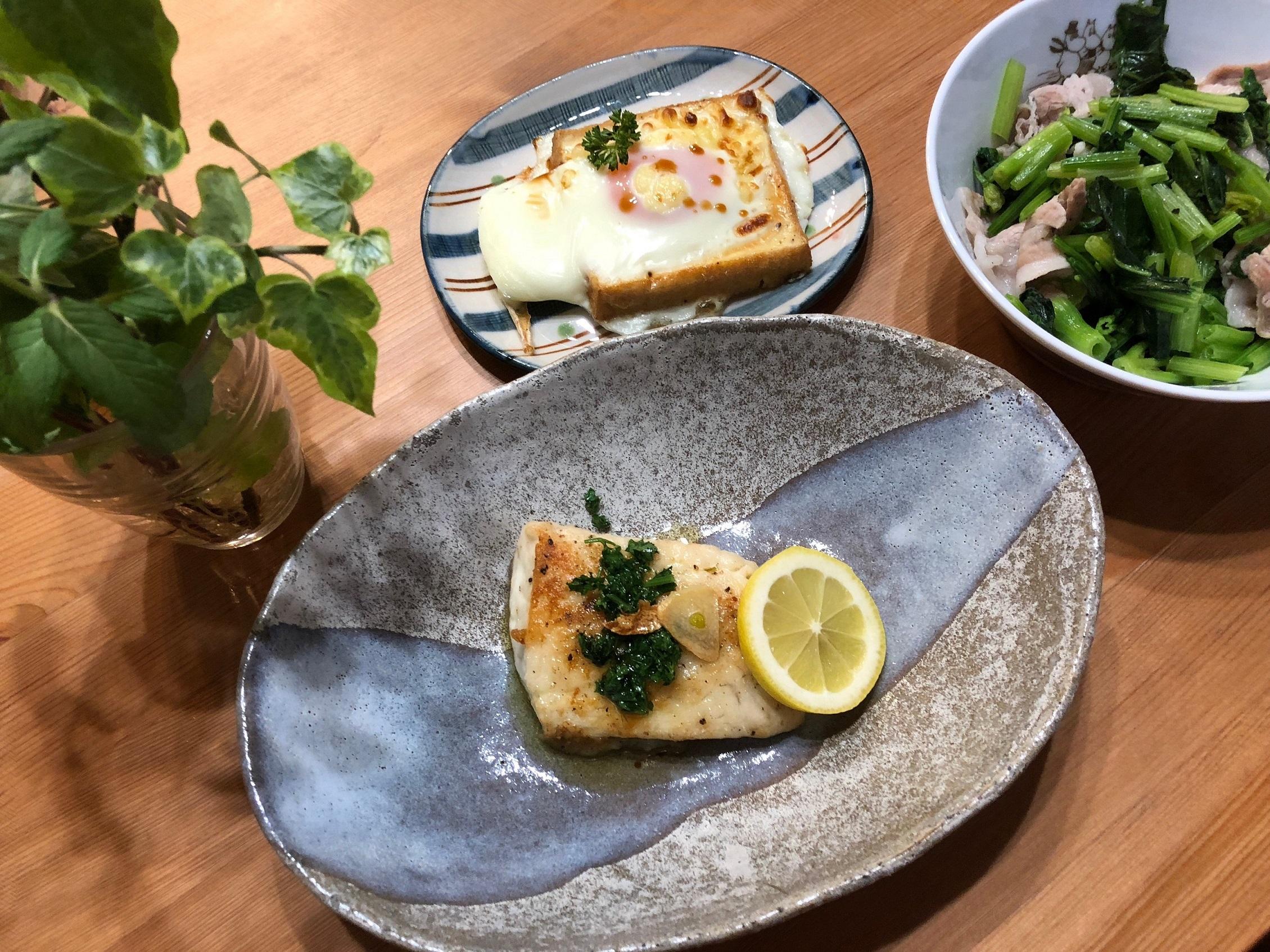 今日のご飯☆タイのニンニクソテー、厚揚げに卵のっけ、ほうれん草と豚肉の中華風炒め物